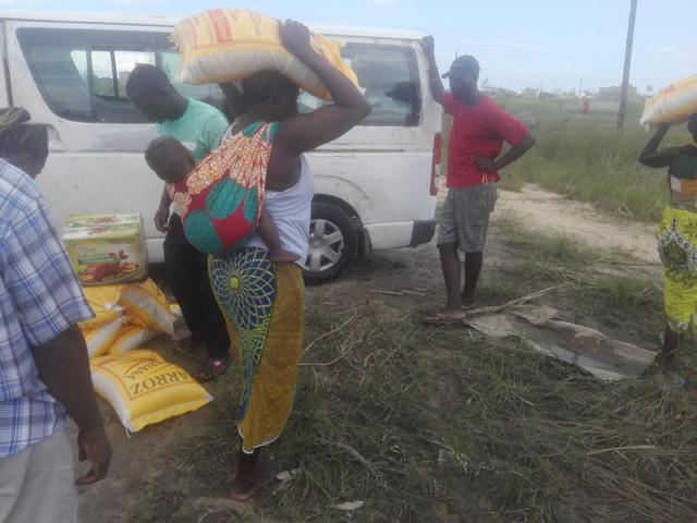 En kvinna bär hem sitt ris