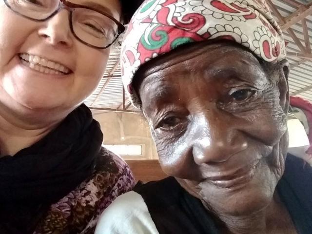 Diane tillsammans med äldre kvinna