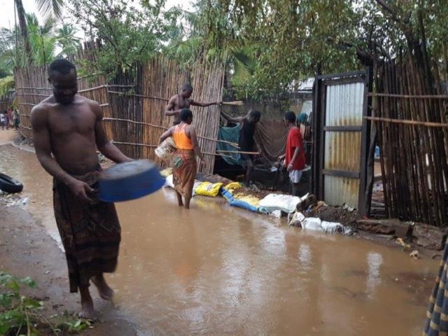 Inne i de fattigare stadsdelarna där Isacs hus ligger. Man försöker hålla vattnet på vägen borta från sina tomter genom att bygga upp barriärer av sandsäckar.