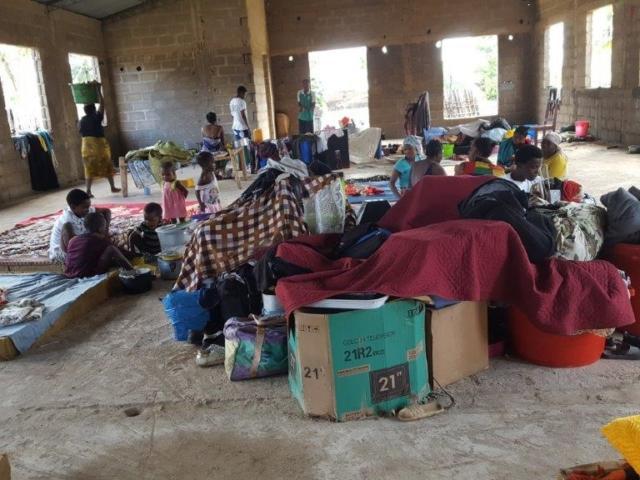 I en av kyrkorna i Pemba, som inte är riktigt färdig, samsas fyra storfamiljer sedan deras hus förstörts. De har nu fått pengar till myggnät och presenningar så det blir lite säkrare och mer avskilt.