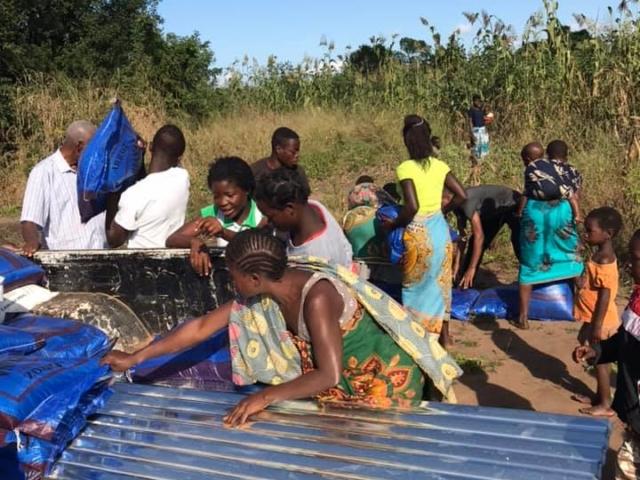 Många av de familjer som fått sina hem förstörda av cyklonen har fått nya plåttak.