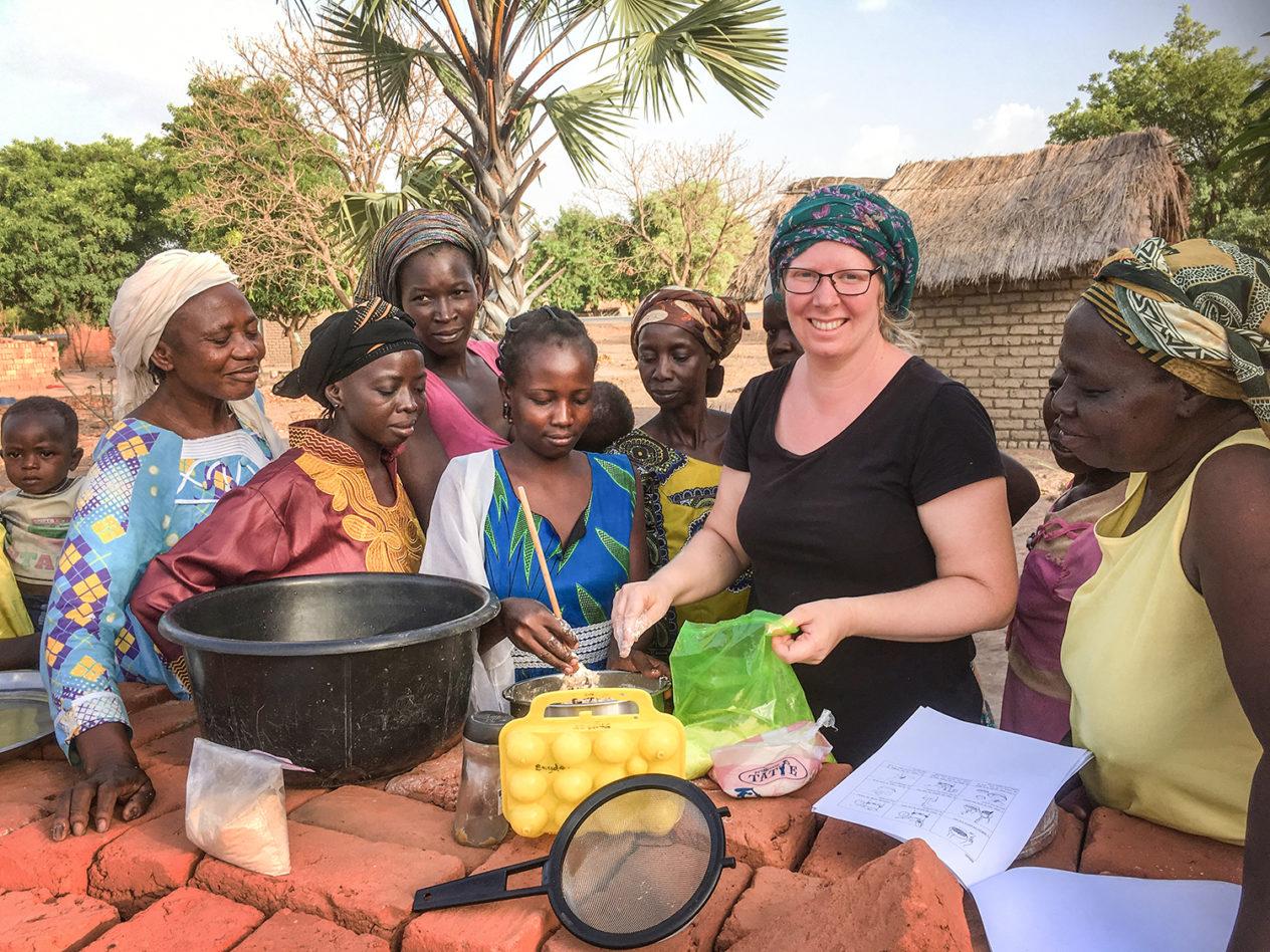 Emma Vilhelmsson ger hälsoklasser i Tchad, där kunskaperna kan rädda livet på både mammor och barn.